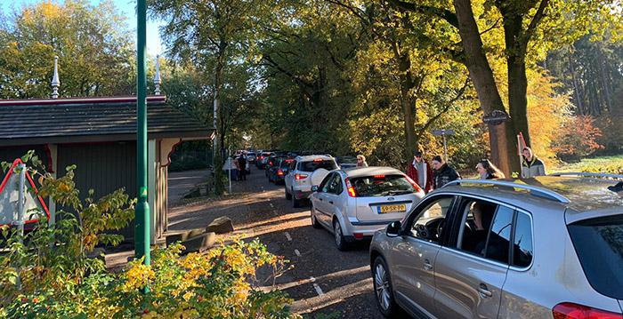 Efteling gaat creatief om met parkeerplaatsen op gigantisch drukke herfstdag - Looopings.nl