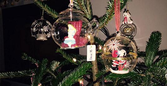 Kerstboom vol dure kerstballen uit disneyland paris valt kapot looopings - Decoratie themakamer paris ...